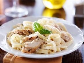 من المطبخ الإيطالي إلى سفرتك: فيتوتشيني ألفريدو مع الدجاج