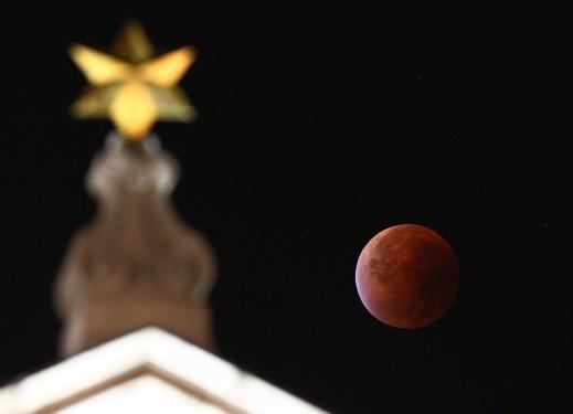 بالصور: ظاهرة القمر الدموي العملاق