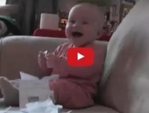بالفيديو: طفل يضحك بسبب تمزيق الأوراق