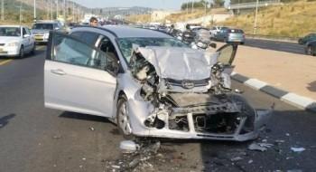 إصابتان بينهما خطيرة في حادث طرق بين حافلة وسيارة على مفرق أحيهود