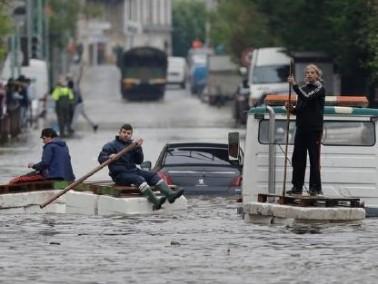الفيضانات تغمر باريس وسقوط قتلى وانقطاع الكهرباء