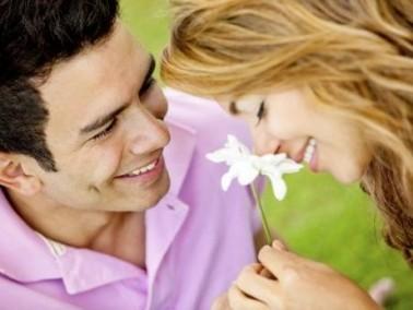 رجل الجوزاء لا يخجل في التعبير عن حبه