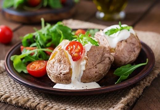 البطاطا المحشية بالخضار وصلصة البشاميل