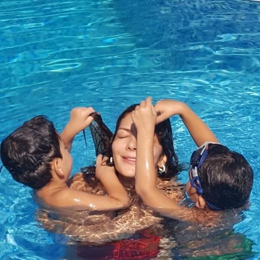 أصالة تقضي عطلة العيد مع توأمها بملابس السباحة