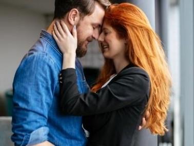 العناق يقوّي الرابط بين الزوجين ويشعرهما بالحب