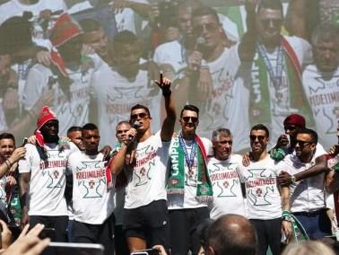 استقبال الأبطال لمنتخب البرتغال في شوارع العاصمة لشبونة