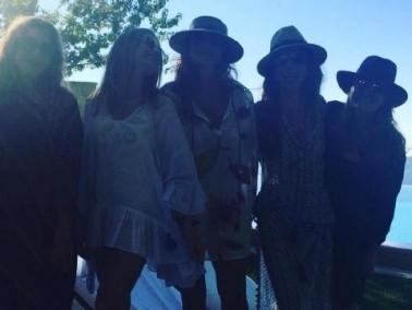 بالصور: إليسا مع صديقاتها بالبكيني