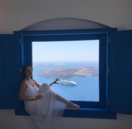 ميريام تستمتع بعطلتها في جزيرة سانتوريني