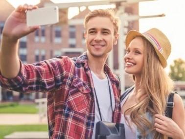 دراسة: هذا ما يعنيه التقاط الأزواج لصور السيلفي