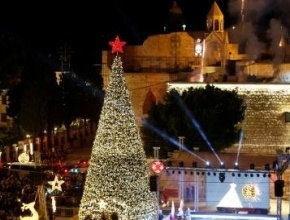 بالصور: اضاءة شجرة الميلاد أمام كنيسة المهد في بيت لحم