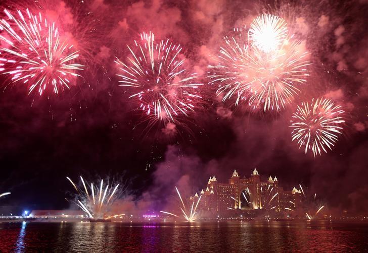 فيديو: دبي تحتفل بالعام الجديد.. ألعاب برج خليفة النارية