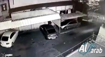 فيديو يوثق إطلاق الرصاص باتجاه سيارات ومنزل في باقة..العائلة: لا نعرف السبب