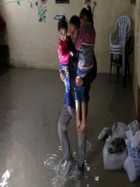 مياه الأمطار تغرق الشوارع والمنازل في رفح