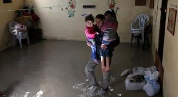مياه الأمطار تغرق الشوارع والمنازل في رفح جنوب قطاع غزة