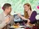 دراسة: النساء يفضلن الاكل والوجبات اللذيذة على الرومانسية والتفكير بالحبيب