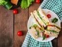وجبة سريعة للفطور ساندويش جبنة الشيدر والبيض