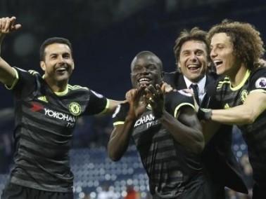 لويز يفاجئ لاعبي تشيلسي بالهدايا احتفالًا بلقب الدوري