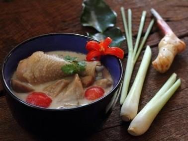 طبق اليوم: حساء الدجاج بحليب جوز الهند