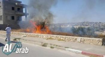 إندلاع حريق بجانب مدرسة الفاروق في بلدة جت المثلث