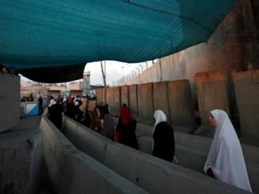 عشرات الالاف يتوجهون لصلاة الجمعة في الأقصى