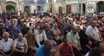 المئات يتعبدون ويحيون ليلة القدر في جامع الجزار في عكا