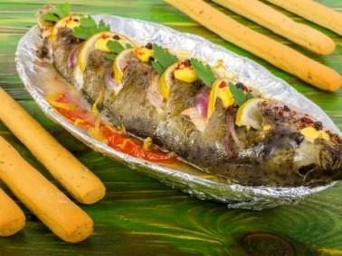 طبق اليوم: سمكة مشوية بالثوم والليمون