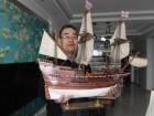 صيني يصنع نماذج السفن القديمة