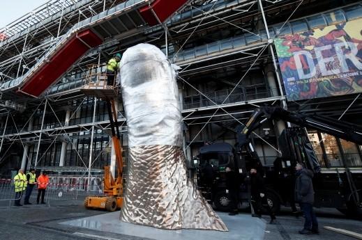 نصب منحوتة الابهام في باريس