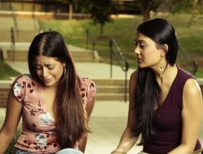 عزيزتي: كوني صديقة لابنتك المراهقة وتحدّثي معها باستمرار وانتبهي لتعاملك