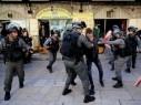 القدس: اعتقالات واشتباكات عنيفة بين مقدسيين والجيش الاسرائيلي قرب باب العامود
