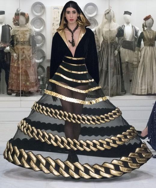 صور من مختلف عروض الأزياء العالمية