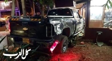 سيارة تصطدم بواجهة مقهى في جت واصابة طفيفة