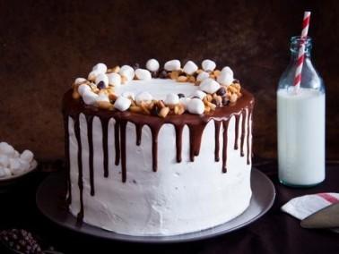 كعكة الشوكولاطة بصلصة الفادج والمارشميلو