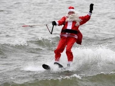 فرجينيا: بابا نويل يركب الامواج