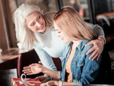 لتجنب الشيخوخة المبكرة: كيف تتعاملين مع حماتكِ؟