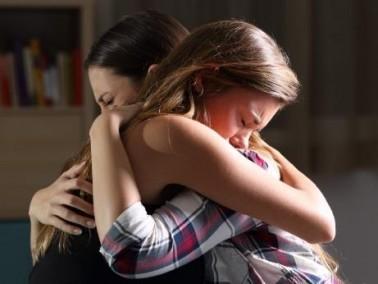 شابة (17 عامًا): أمي تعاملني بقسوة شديدة