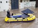 مواطنون يتنقلون بالقوارب في شوارع قلنسوة بعد غرقها بسبب الامطار الغزيرة