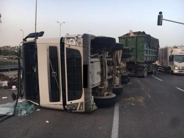 إنقلاب شاحنة على شارع 444 قرب جلجولية