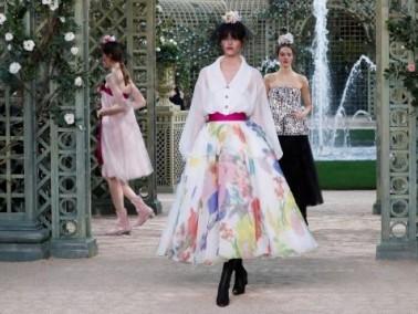 شانيل تبهر عاشقات الموضة بجديدها في باريس
