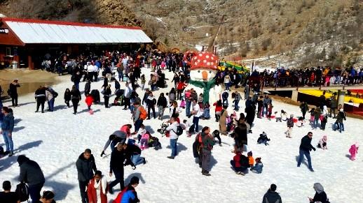 الالاف يستمتعون بأوقاتهم على قمة جبل الشيخ