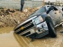 مجد الكروم: سيارة تعلق داخل حفرة مليئة بالمياه وإصابة 4 من مستقليها