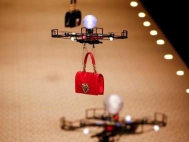 دار أزياء عالمية تستعرض حقائبها بطائرات