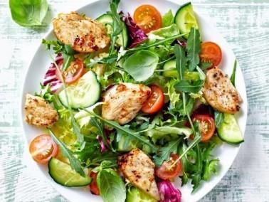 من المطبخ اليوناني: سلطة الدجاج اللذيذة