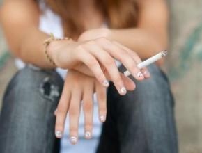 المراهقة والسيجارة لتعويض نقص.. أسباب المشكلة مع بعض الحلول