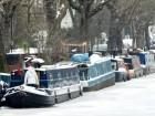 نهر متجمّد وقوارب بيضاء