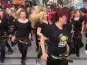 فيديو- فتيات تركيات يشعلن شوارع أزمير رقصا على أنغام بشرة خير