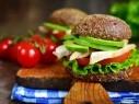شطيرة الأفوكادو مع اللحم والبندورة..صحتين