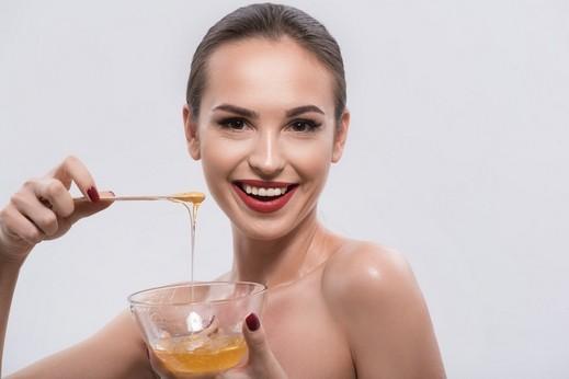 ماذا تعرفين عن رجيم الماء الدافئ مع العسل؟