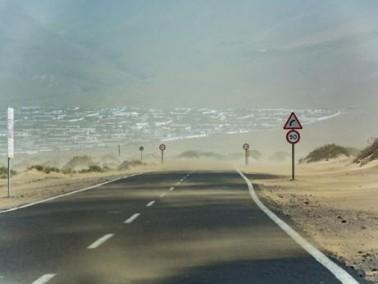 نصائح للقيادة بأمان أثناء العواصف الرملية