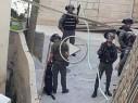 فيديو- قوات الشرطة تقتحم حي العيساوية بالقدس وتعتقل شابين وسط استنكار السكّان
